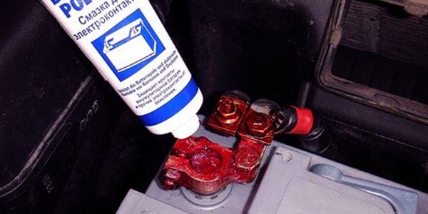 Как очистить клеммы у аккумулятора?