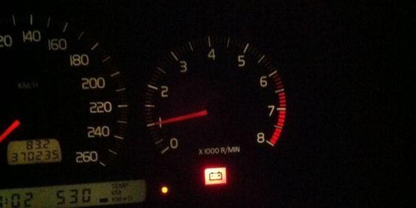 Горит лампочка аккумулятора автомобиля: причины и решение