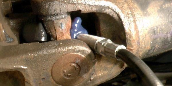 Шприцевание крестовин кардана на Mitsubishi L200