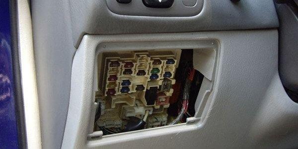 Замена предохранителя прикуривателя в Toyota Corolla