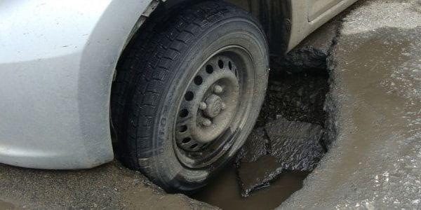 Попал в яму на дороге, что делать? какие последствия?