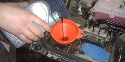 Какое масло заливать в гидроусилитель руля СОВЕТЫ и ИНСТРУКЦИИ как слить жидкость в ГУРе сколько ее потребуется и когда пора производить замену